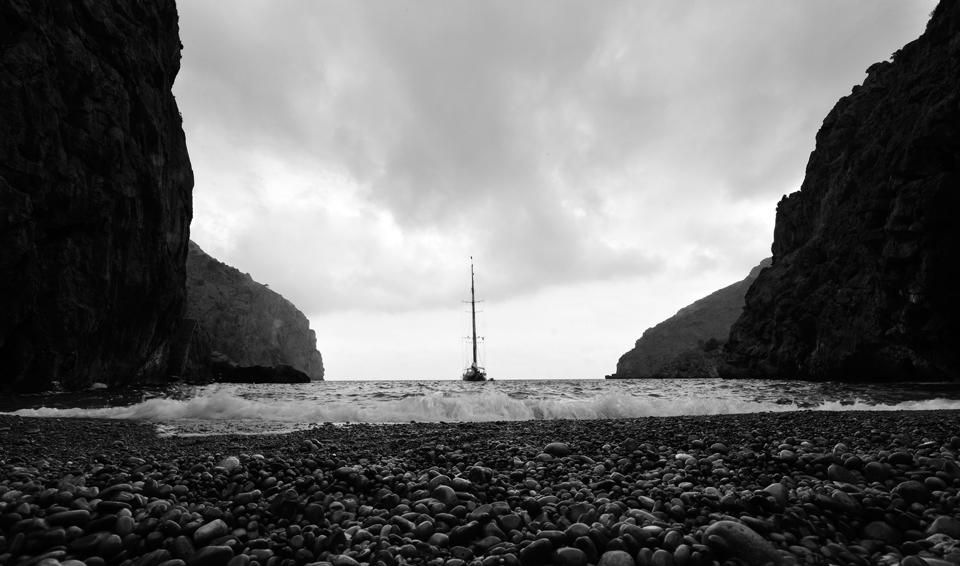 zeilboot in baai